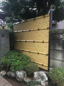 玄関前の新しい竹垣