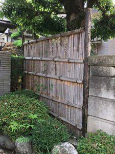 玄関前の古い竹垣